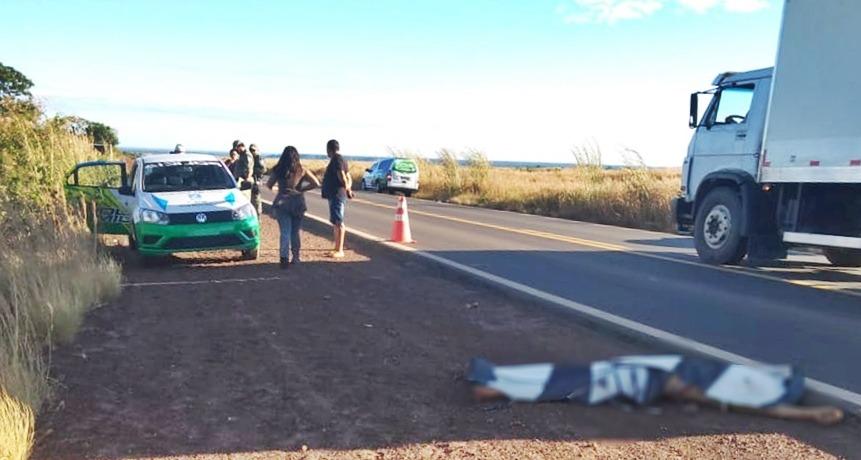 Homem morre em acidente e outro é assassinado na BR-135