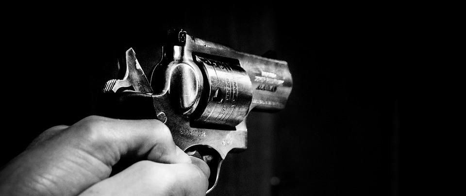 Bandidos fazem arrastão, roubam e disparam tiros em via pública
