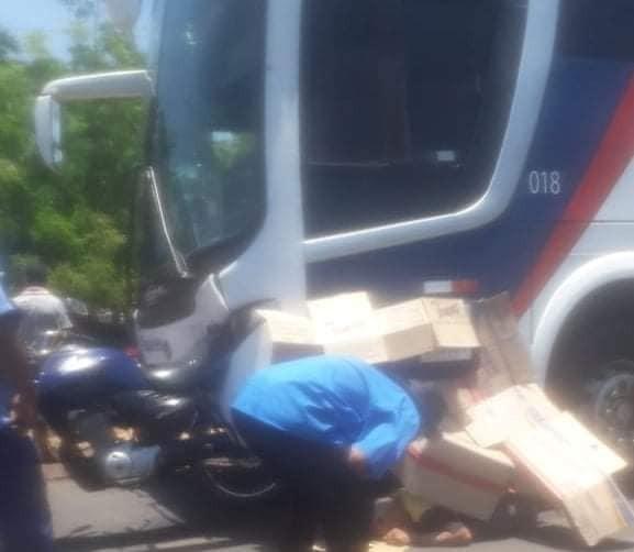 Acidente entre ônibus e moto deixa um morto na zona rural de Miguel Alves PI
