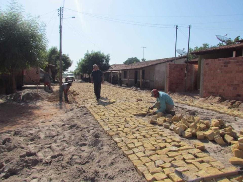 O prefeito Carlos Monte visitou a obra de conclusão do calçamento na rua Abimael, na Vila Mão Santa