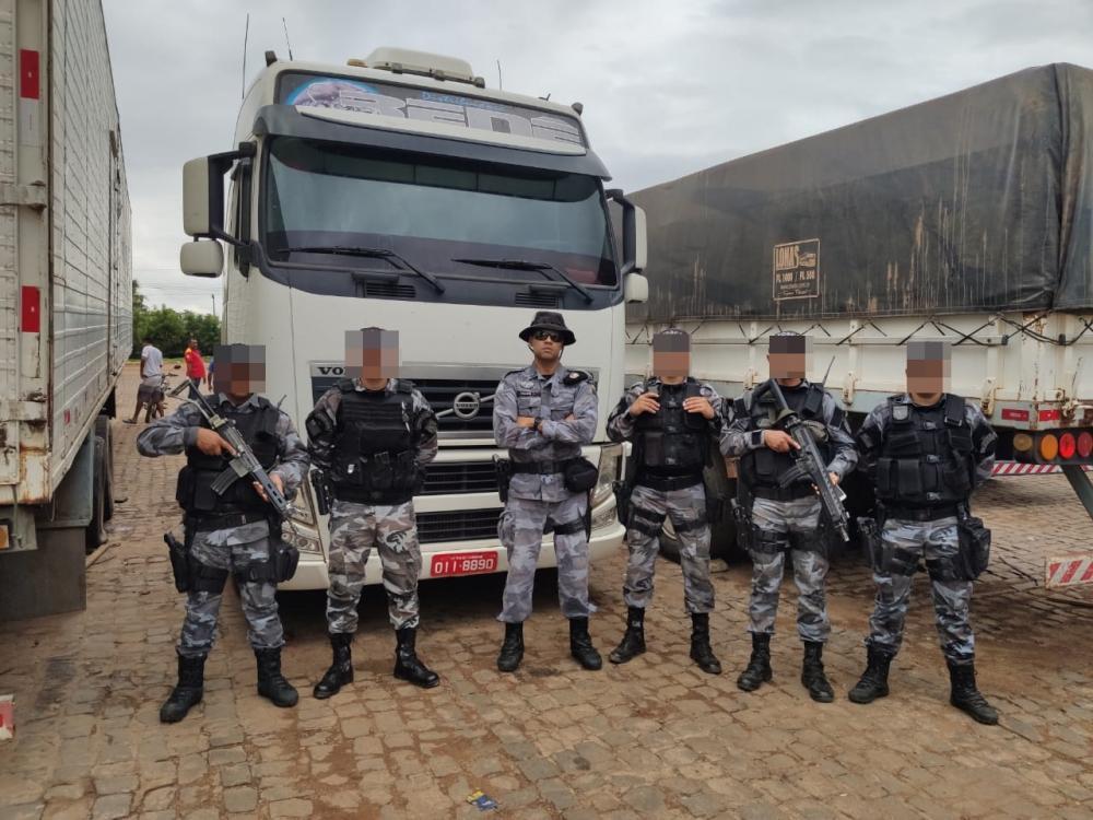 Equipe responsável por encontrar a carreta. Ao centro, Major Félix. (Imagem cedida pela PM)
