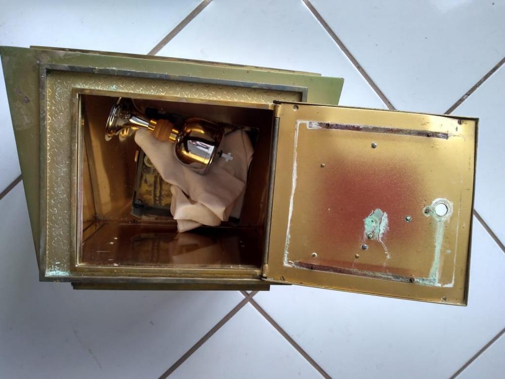Sacrário foi retirado de dentro da igreja e abandonado no quintal, ainda com a âmbula dentro, em Cocal de Telha - PI — Foto: Reprodução