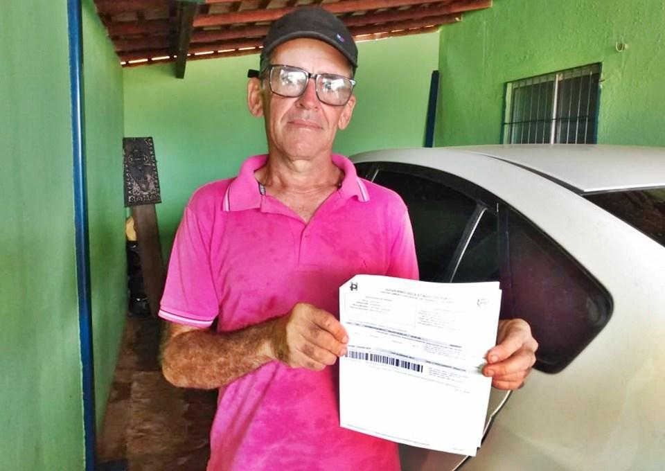 José Alves Pereira, 51 anos, foi multado por dirigir seu carro modelo Fiat Uno sem capacete - Foto: Piauí em Foco
