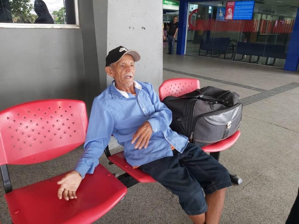 Idoso que se encontra no terminal rodoviário de Teresina procura familiares de Barras PI