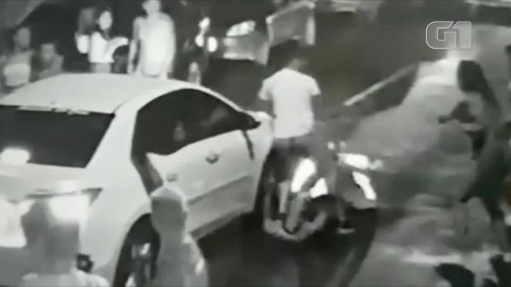 A vítima cai desacordada. Apesar do golpe, a vítima teve apenas ferimentos leves.