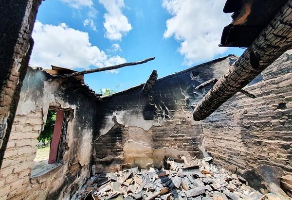 Homem incendeia casa, esfaqueia deficiente, agride duas mulheres e causa pânico no interior do PI