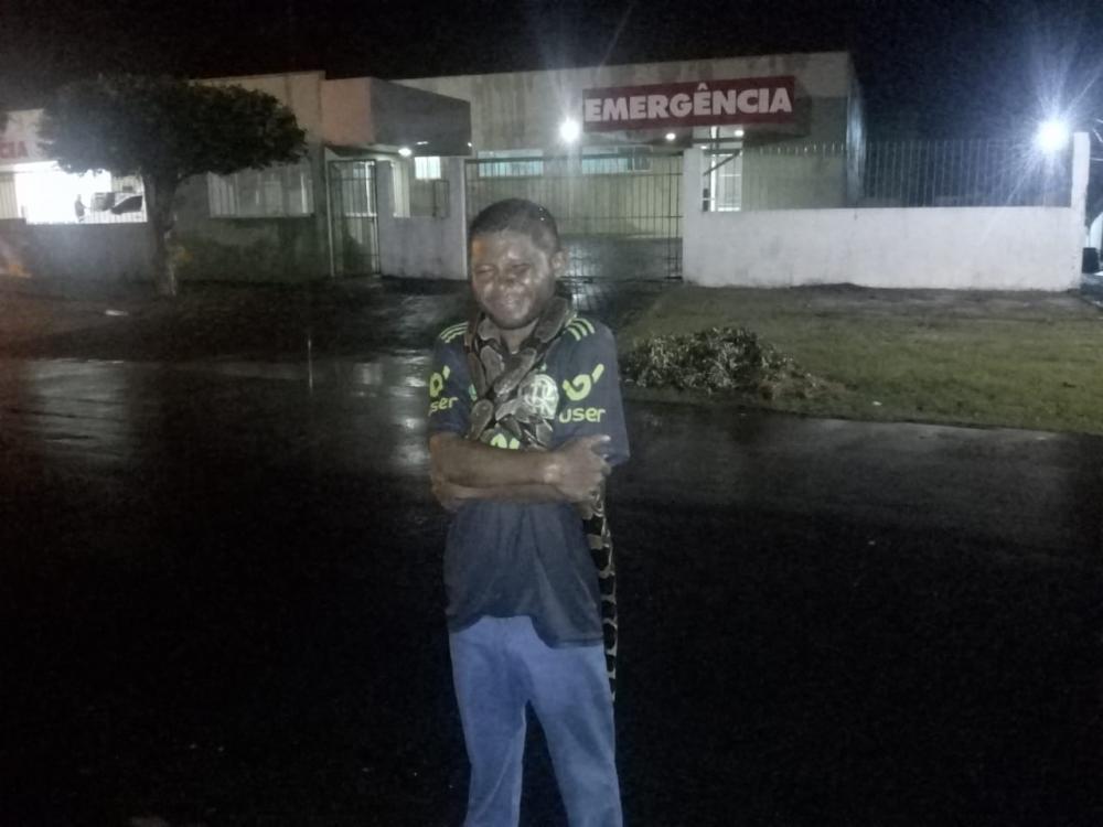 Homem mata jibóia e posa para fotos com o animal nos ombros no PI