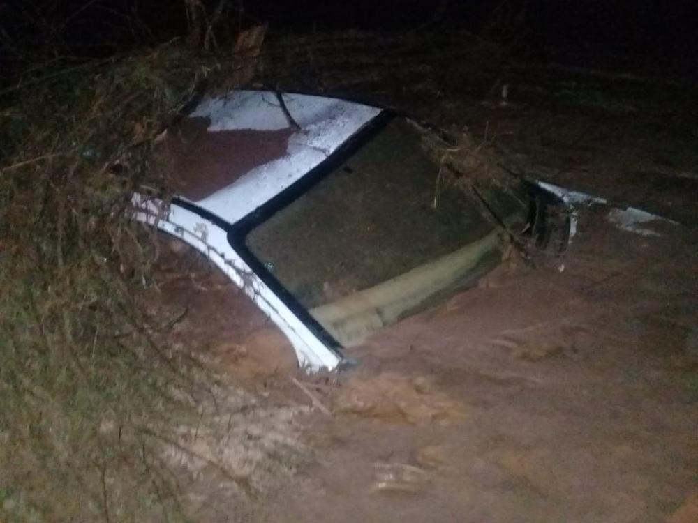 Parte de barragem se rompe deixando feridos e carros soterrados no PI