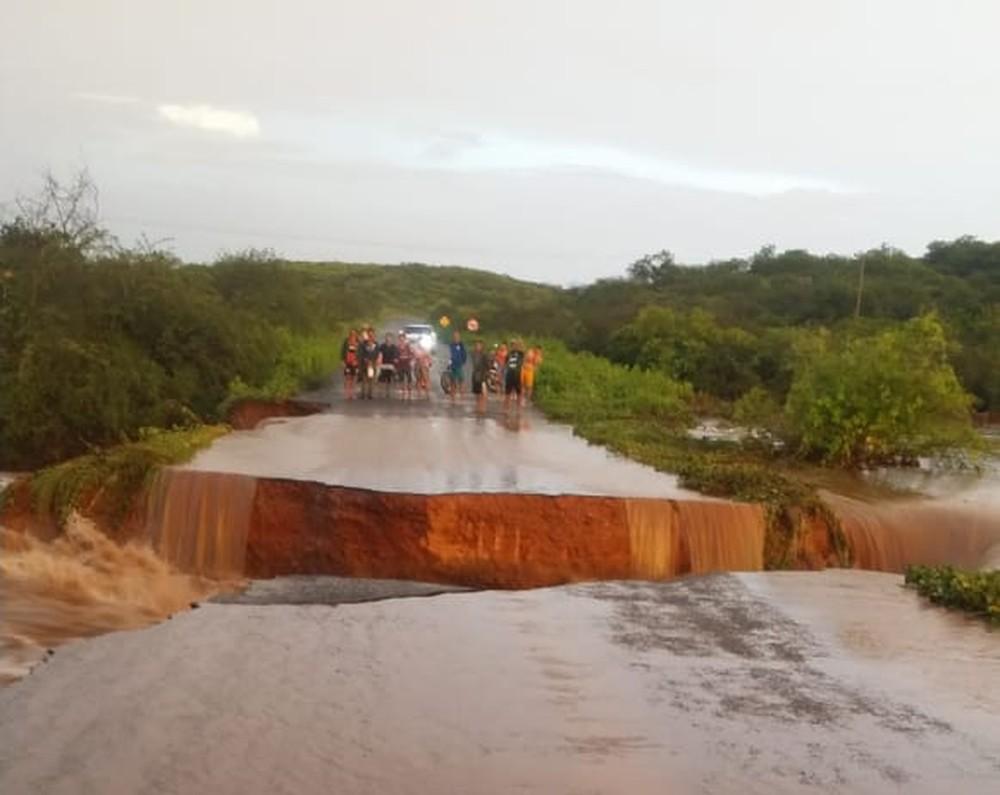 Rodovia rompe e deixa cerca de 5 mil pessoas isoladas no Piauí