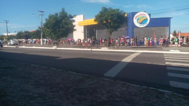 População de cidade do Piauí enfrenta fila gigantesca em busca de cestas básica