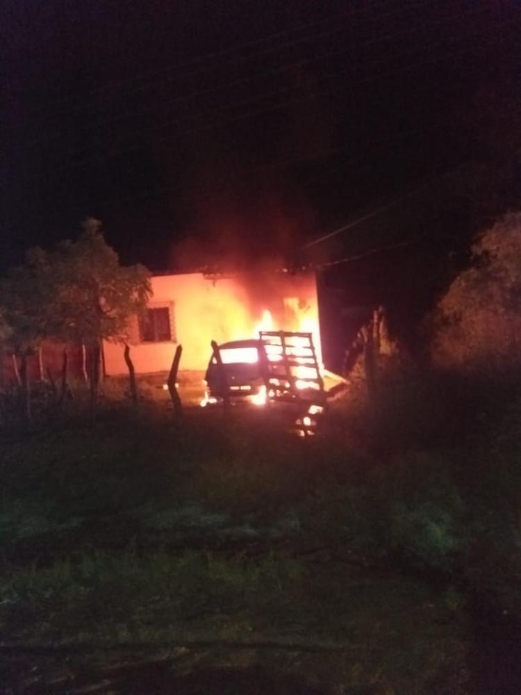 Revoltados, Moradores ateiam fogo em carro e casa de homem que matou vizinho