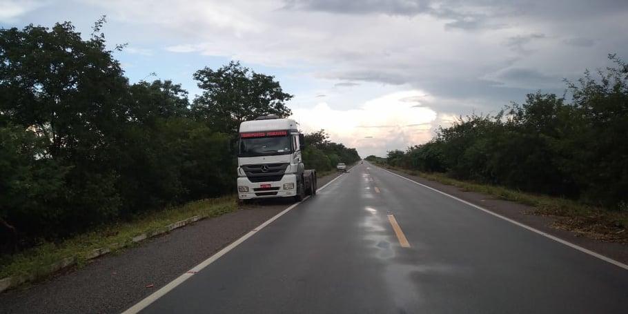 Caminhão com 37 toneladas de leite é alvo de assalto na BR-407