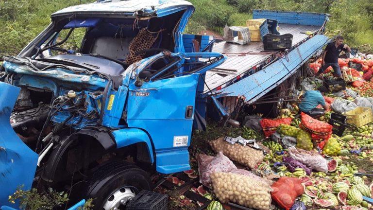 Caminhão que transportava frutas capota após motorista perder controle na BR-407