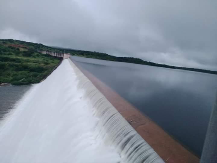 Poço de Marruá transborda com grande volume de água em Patos do PI