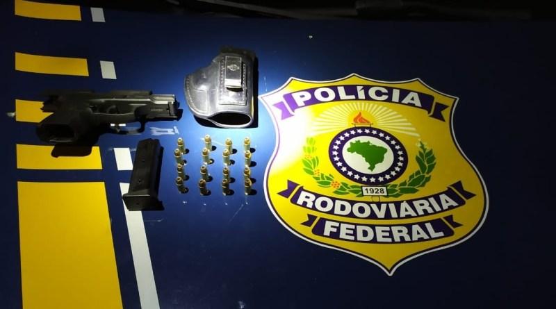 Motorista desobedece ordem de parada da PRF, é perseguido e preso por porte ilegal de arma de fogo