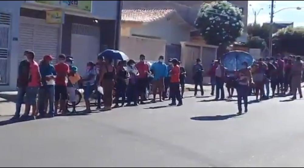 Em Oeiras, população se aglomera em frente a Caixa para sacar auxilio
