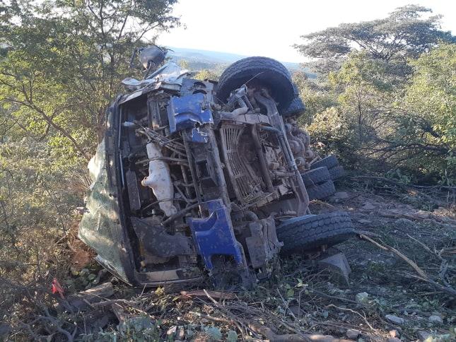 Caminhão betoneira tomba em estrada carroçal na zona rural de Queimada Nova