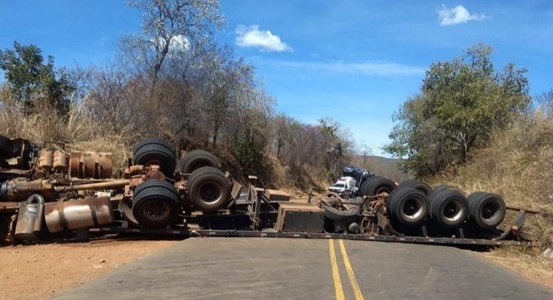 BR-135 fica interditada em Monte Alegre do Piauí após carreta tombar