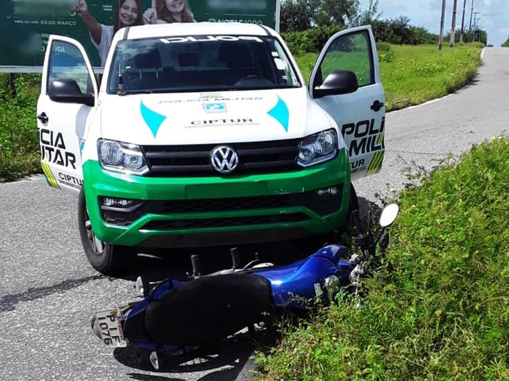 Bandidos assaltam e abandonam moto após perseguição policial