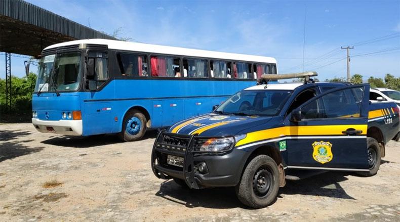 PRF intercepta ônibus na BR-343 com destino a Boa Hora e Castelo do PI; passageiro são testados