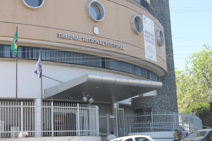 Tribunal Regional Eleitoral afasta prefeito e vice de cidade