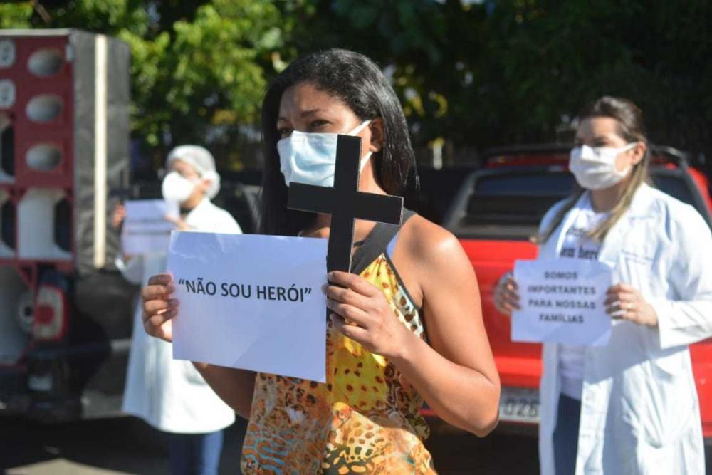 Por falta de EPI´s, técnicos de enfermagem realizam protesto em frente ao HUT