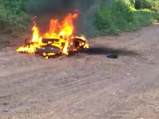 Moto de agricultor pega fogo em estrada vicinal