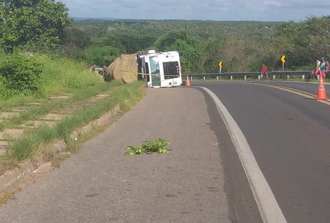 Caminhão carregado de frutas e verduras tomba em curva na BR-343, no Norte do Piauí