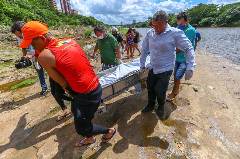 Bombeiros resgatam corpo de pedreiro de 40 anos no rio Poti