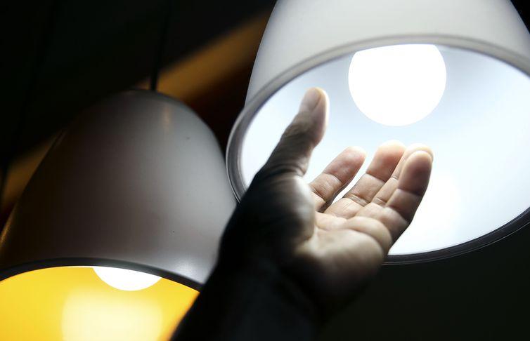Aneel decide que contas de luz não terão cobrança extra até o final do ano