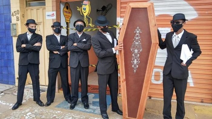 Empresários recriam 'meme do caixão' e doam 360 máscaras em ato contra a Covid-19 em Floriano PI