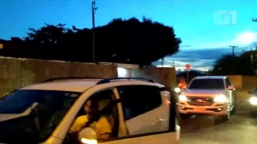 Motoristas fazem buzinaço em frente a casa de Firmino Filho; veja o vídeo