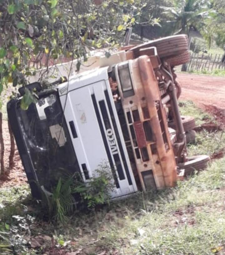 Motorista perde o controle e caçamba tomba na saída de Esperantina para Morro do Chapéu PI