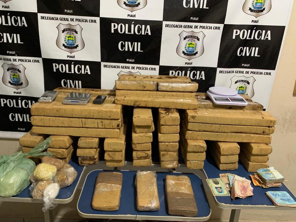 Operação da polícia apreende cerca de 50 kg de drogas e dinheiro; dois suspeitos são conduzidos