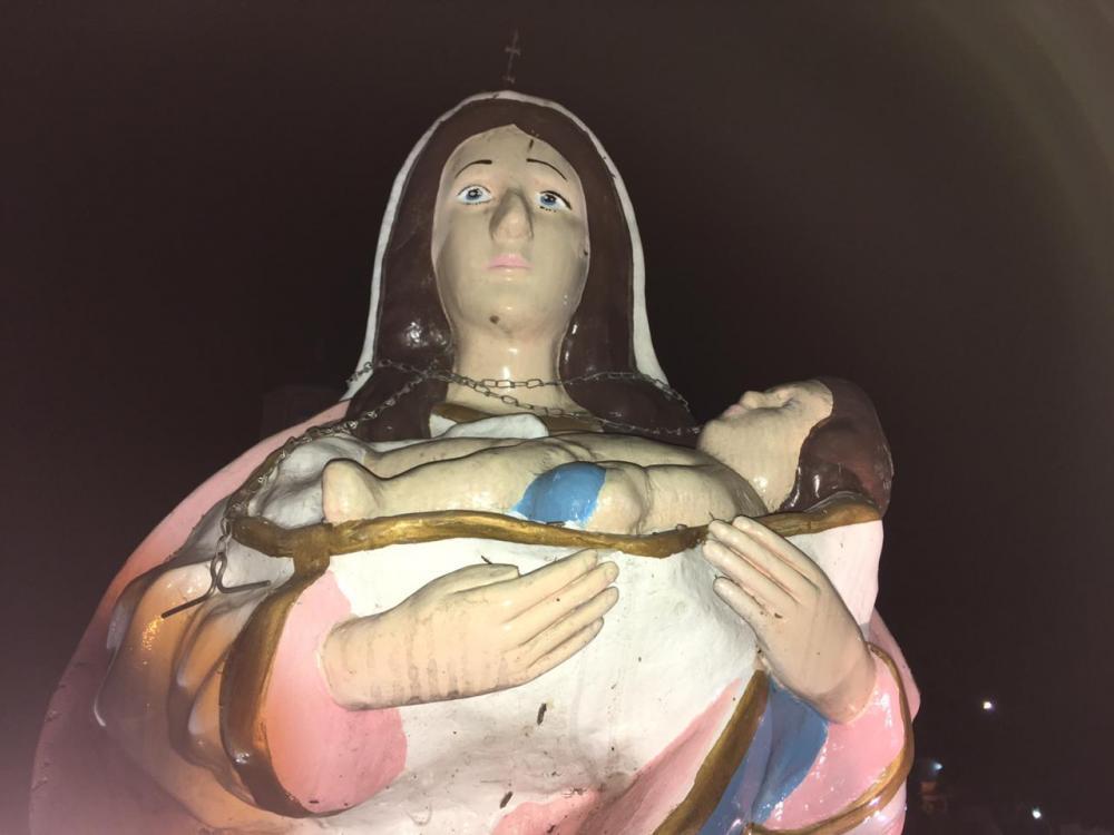 Vândalos cravam faca na cabeça e colocam corrente no pescoço de imagem de Nossa Senhora da Conceição, no Piauí