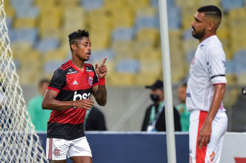 Flamengo vence Bangu e vai à semi na volta do futebol no Rio