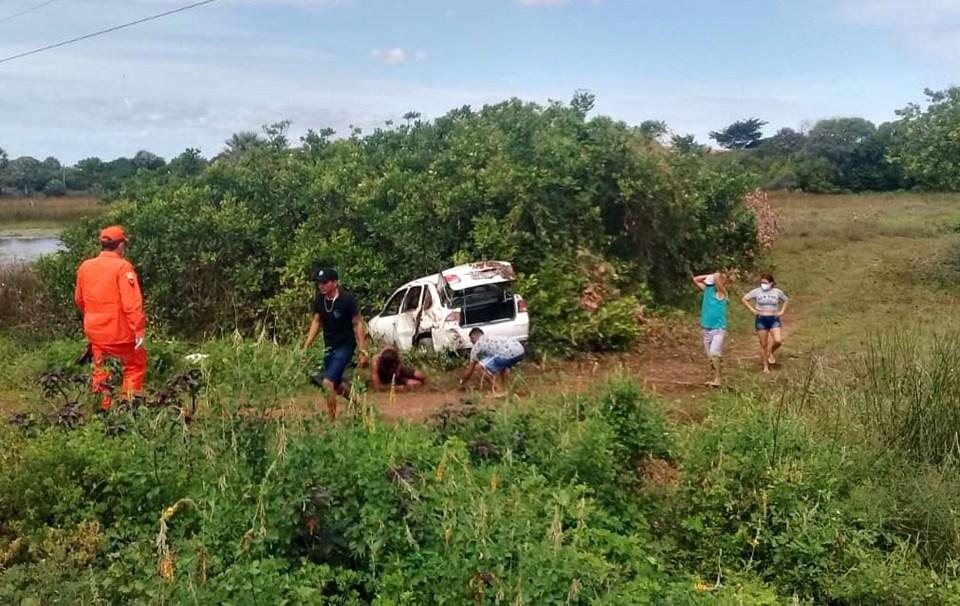 Motorista fica ferido após perder o controle do carro e capotar na PI-116, no litoral do Piauí