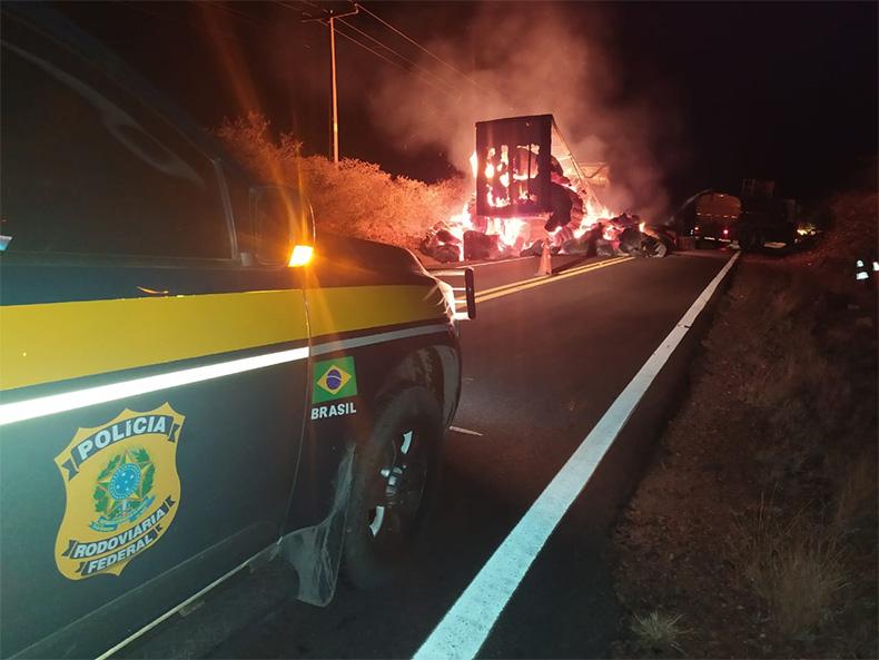 Carga de algodão pega fogo após ser atingida por fagulha na BR-135