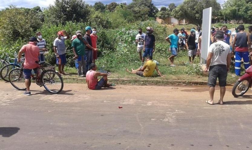 Colisão entre carro e moto deixa três pessoas feridas em avenida de Piripiri