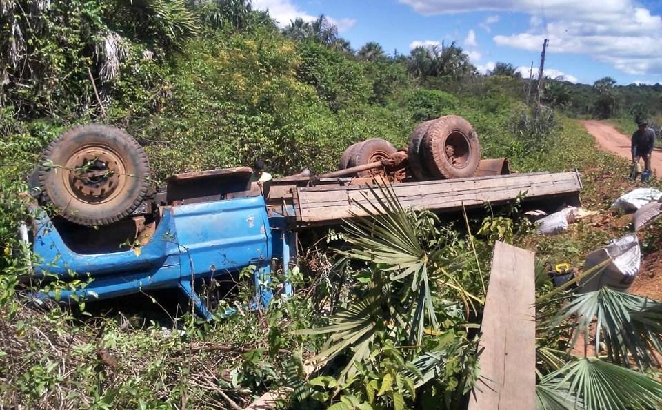Caminhão carregado com sacos de milho tomba ao tentar subir ladeira, no Norte do PI