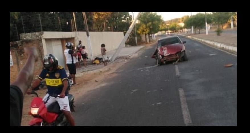 Carro colide em poste e mata idoso em cidade do Piauí