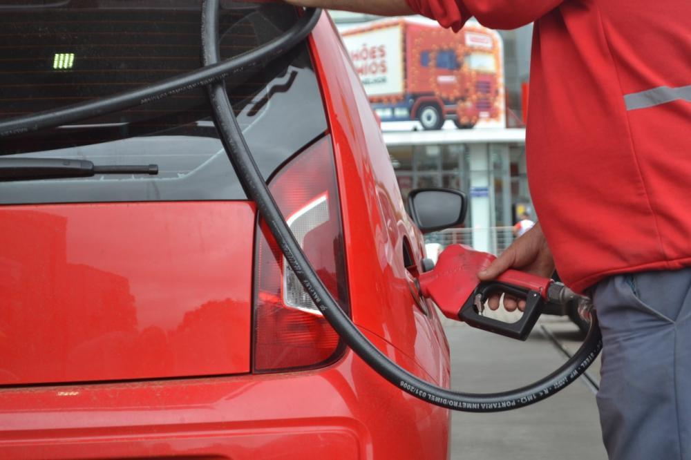 Preço da gasolina é reduzido em 4% nas distribuidoras