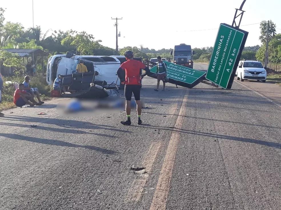 Três pessoas mortas e seis feridas após caminhonete capotar na BR-402