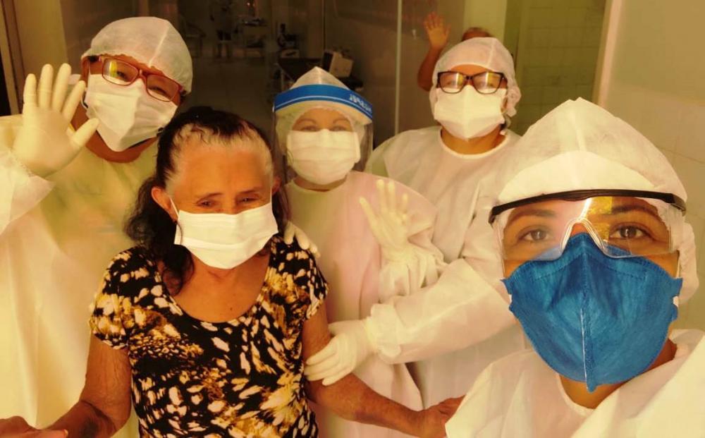 Barrense de 74 anos vence a covid-19 e recebe alta médica do HRLM