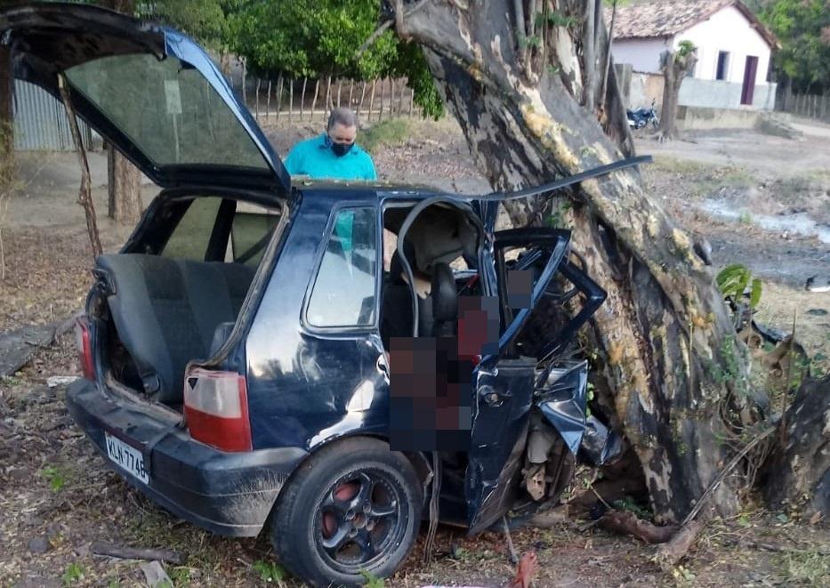Veículo colide em árvore e deixa três mortos e feridos na BR-316