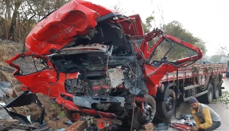 Colisão entre caminhão e van deixa 13 pessoas mortas na BR 365