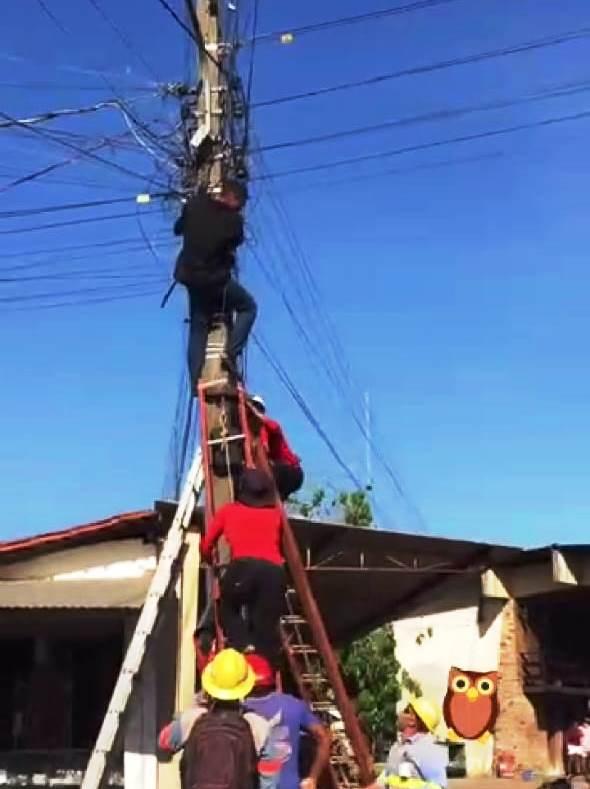 Voluntários do gav resgatam homem que ameaçava se jogar de poste em Barras