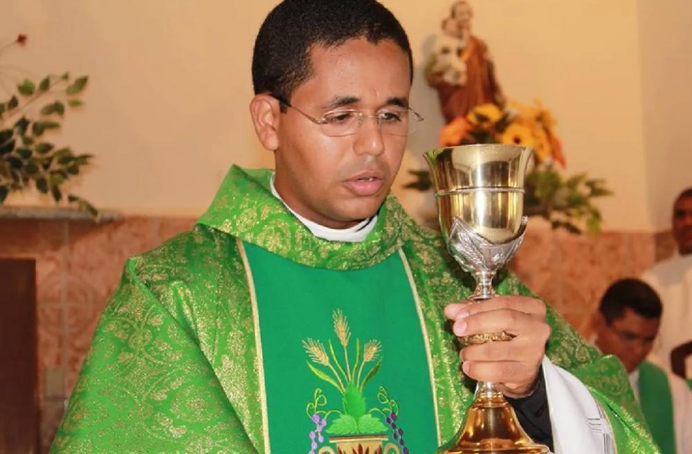 Padre é afastado após descoberta de namoro com jovem da sua paróquia no Piauí