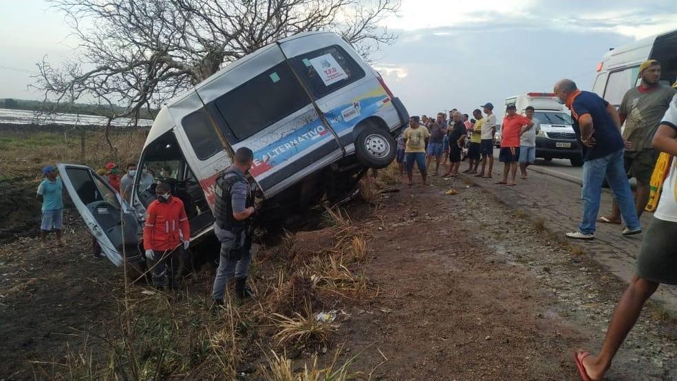 Acidente com uma van deixa 3 mortos e 7 feridos na BR-222