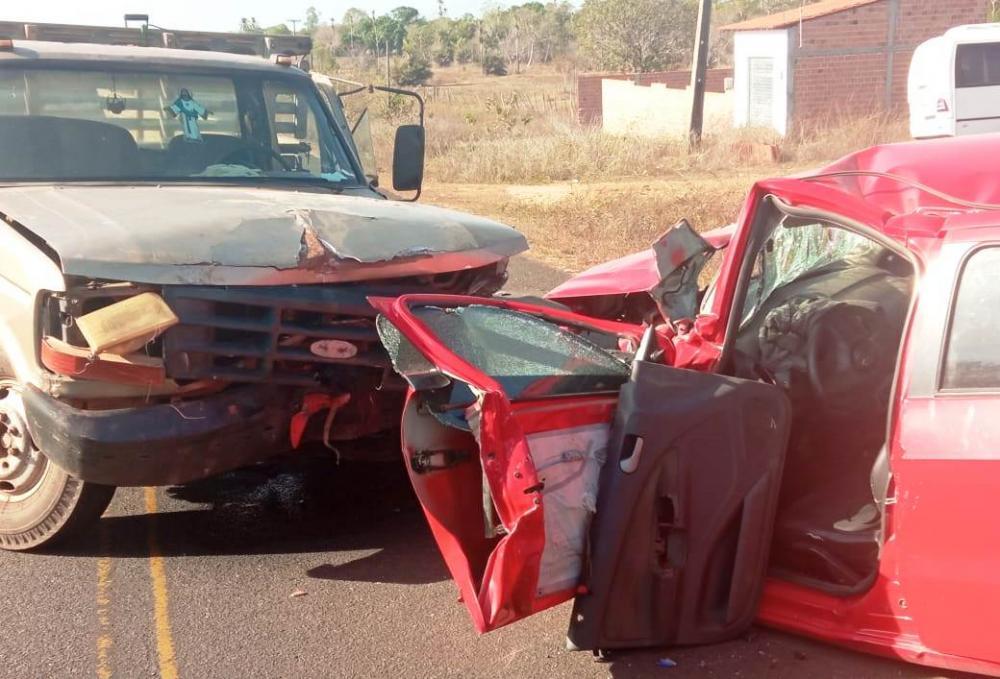 Colisão frontal entre veículos deixa duas pessoas feridas na PI 113 em Cabeceiras do PI